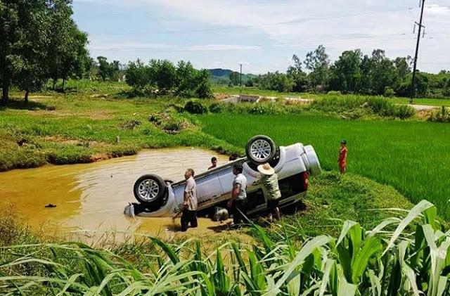 Ôtô 7 chỗ lao xuống hồ nước, tài xế tử vong