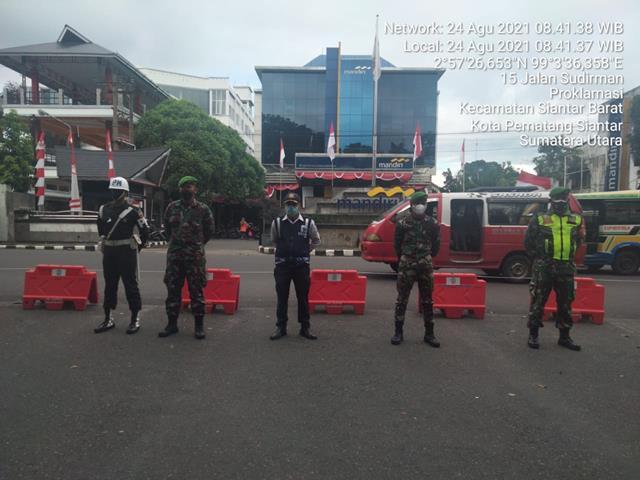 Didepan Bank BRI Jalan Merdeka Personel Jajaran Kodim 0207/Simalungun Laksanakan Ops Peneykatan PPKM Level lV