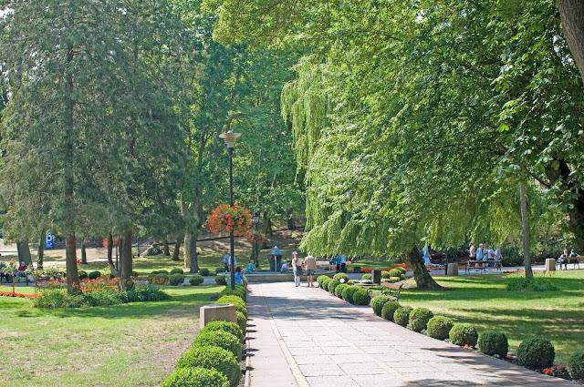 park w centrum Międzyzdroje, widok na zielone tereny