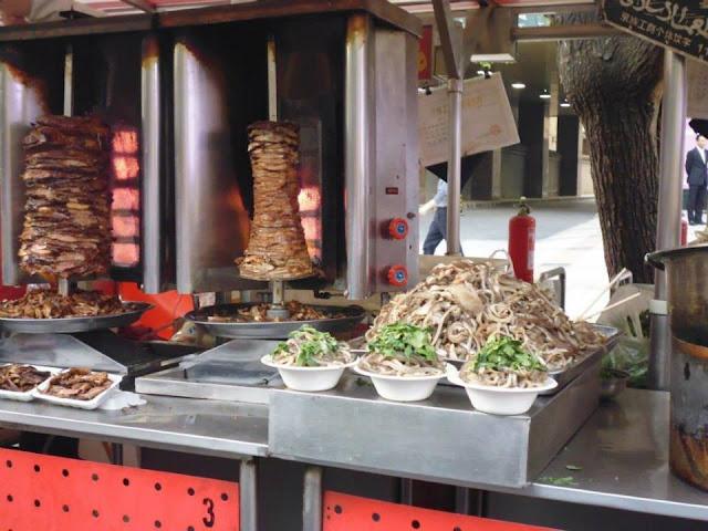 Chuanr en Donghuamen Street situada en la calle peatonal Wangfujing (Beijing)