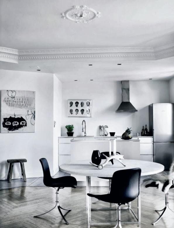 cocina con sillas negras y mesa blanca chicanddeco