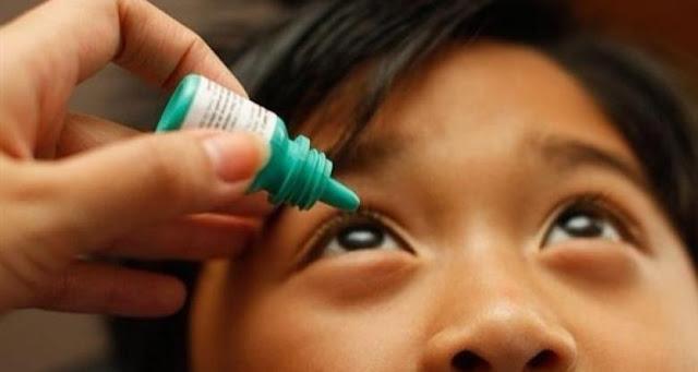 طبيب يكشف عن حيلة لوضع قطرة العين للأطفال