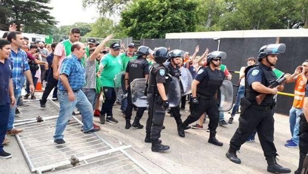 Reprimen a trabajadores argentinos que protestaban ante despidos
