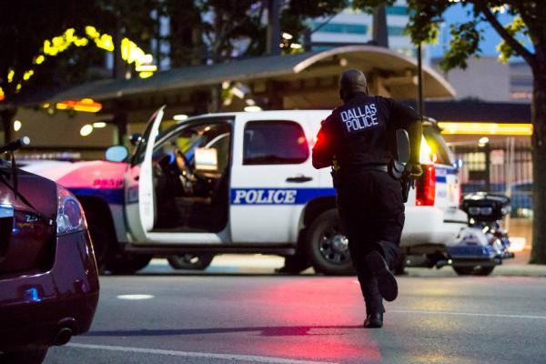 """Após mais duas mortes brutais cometidas pela polícia contra negros, a revolta explodiu. De novo.  Philando Castile foi parado em uma blitz e alvejado à queima-roupa, dentro do carro, por um policial. Sua namorada transmitiu a tragédia via streaming no Facebook. A filha de 4 anos estava no banco de trás.  Alton Sterling, vendia CDs em frente a uma loja de conveniência. Foi abordado, jogado no chão e, mesmo imobilizado por dois PMs, também foi executado.  Só este ano foram 123 negros mortos pela polícia americana. Frente ao dantesco cenário, milhares de pessoas saíram às ruas em diversas cidades americanas para protestar. Os cartazes diziam o óbvio, o primário em termos de civilidade, mas solapado diariamente: """"Vidas negras importam"""".  No entanto, em Dallas, o recado enviado para as autoridades de que a paciência se esgotou foi bastante duro. Atiradores abriram fogo contra a polícia e mataram pelo menos 5 agentes e feriram outros seis. Alguns com gravidade, podendo ampliar o número de vítimas fatais nas próximas horas."""