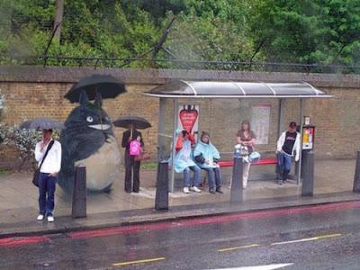 Foto divertida en la parada del bus