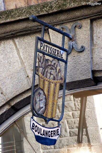 Tipiche insegne in ferro battuto del centro di Saint Malo