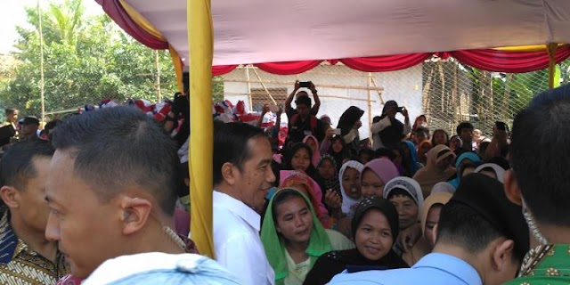 Jokowi Bagi-Bagi Sembako do Serang, Warga Dilarang Rebutan Salaman