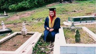 Kenakan Toga di Makam Kedua Orangtuanya, Perjuangan Adilla, Anak Yatim Piatu Wujudkan Mimpinya