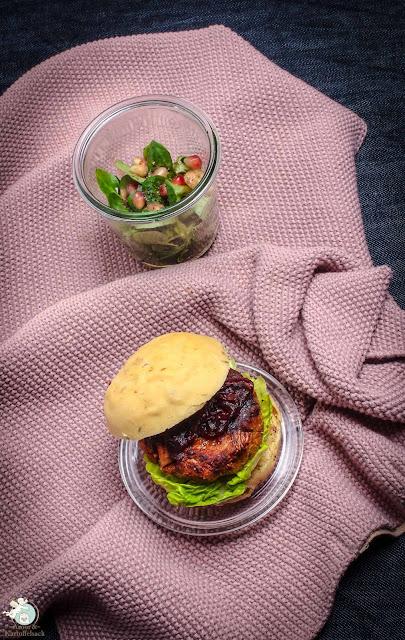 vegetarischer Jackfruit-Burger mit Rotwienzwiebeln