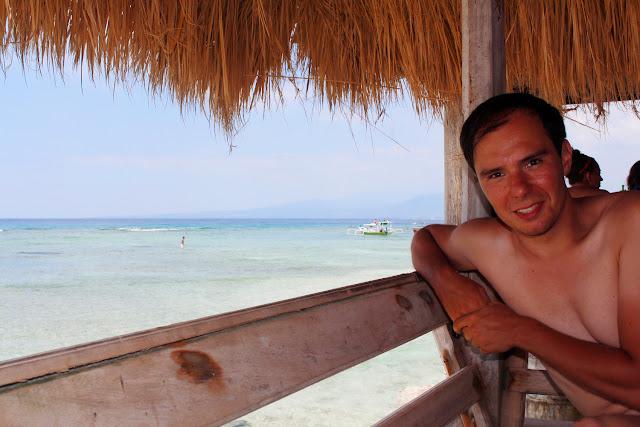 Alberto en una cabaña del restaurante restaurante Coral Beach Pizza Cottage de Gili Trawangan
