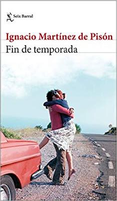 Una mujer abrazada a un hombre en la carretera