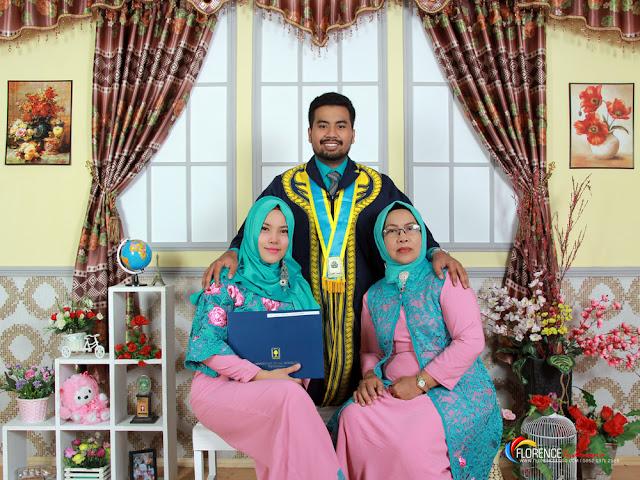 Foto keluarga saat wisuda Universitas Islam Indonesia Yogyakarta