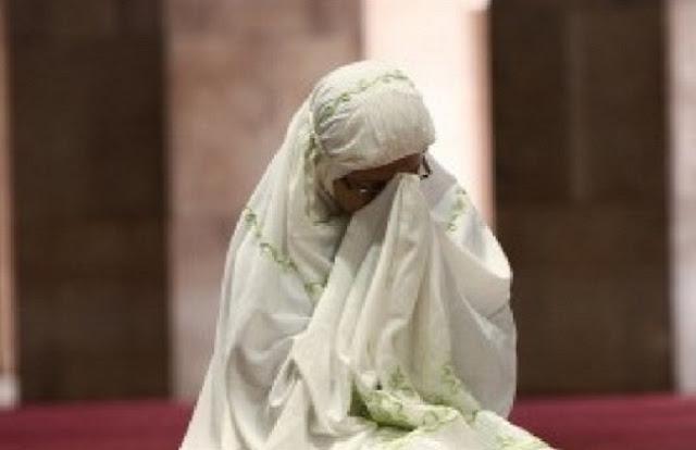 Batalkah Shalat Wanita Jika Nampak Sehelai Rambutnya?