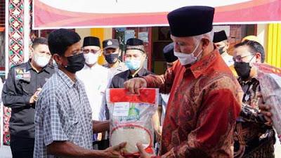 Gubernur Serahkan Bantuan Sosial Tunai di Lubuk Basung
