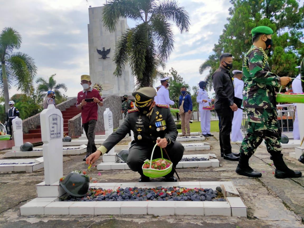 Dalam rangka Hari Ulang Tahun ( HUT ) TNI ke 75 tahun 2020, Dandim 0410/KBL Kolonel Inf Romas Herlandes  mengikuti upacara Ziarah Nasional