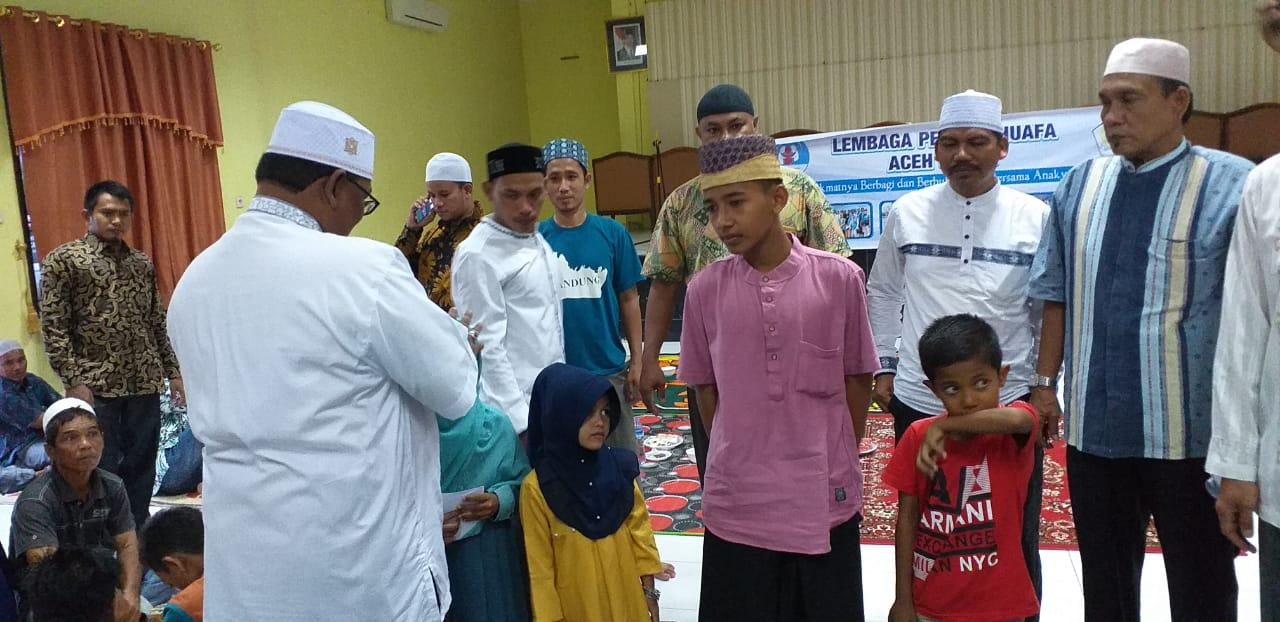 Wakil Bupati Aceh Utara serahkan santunan secara simbolis pada acara buka puasa bersama Lembaga Peduli Dhuafa Aceh Utara
