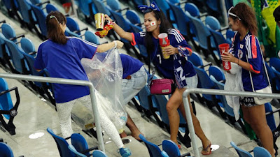 japoneses limpando estádio