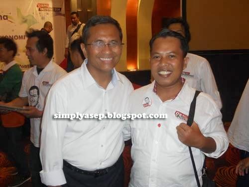 """DAHLAN ISKAN :  Penulis berfoto bersama Bapak Dahlan Iskan di forum Business Gathering dan Dialog bertema """"Peran BUMN dalam Membangun Bangsa Indonesia"""" di Hotel Aston Pontianak tanggal 27 Oktober 2013 yang lalu.  Dokumen Pribadi"""