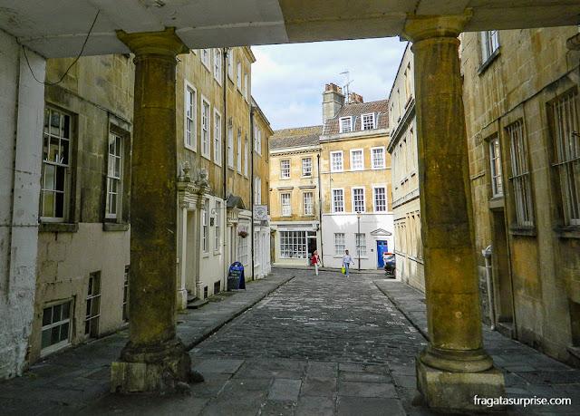 Passagem sobre uma rua de Bath, Inglaterra