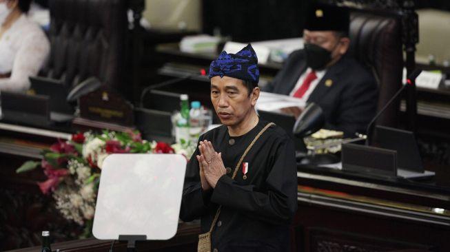 Menohok! AMAN ke Jokowi: Hobi Pakai Baju Adat, Tapi Wilayah Adat Dibabat!