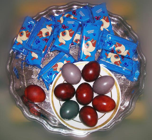 пасхальные яйца - луковая шелуха и краснокочанная капуста