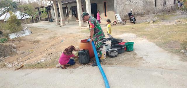 Kodim Karanganyar - Kemarau Panjang Babinsa Bantu Pendistribusian Air Bersih di Desa Binaan