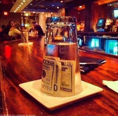 Trinkgeld geben lustige genervte Bilder - Eine milde Gabe
