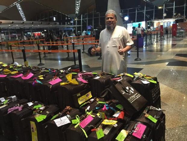 Uncle Hashim sewaktu mengendalikan urusan jemaah umrah melalui bisnes travel syarikat beliau
