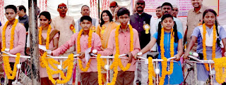 समारोह में मेधावी छात्रों का हुआ सम्मान    #NayaSaberaNetwork