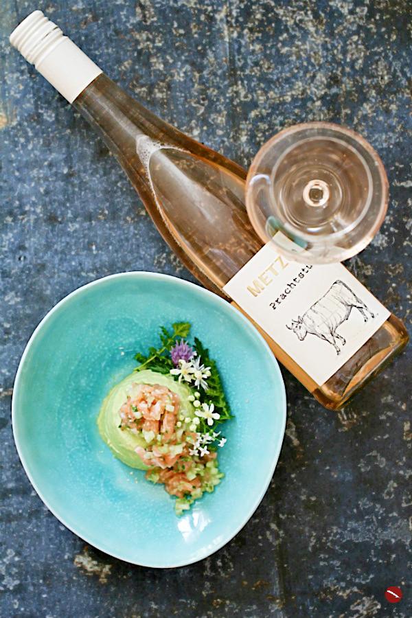 #pannacotta #grüner #lachstatar #lachs #roh #tatar #gurken #spargel #spargelrezepte #einfach #mousse #vegetarisch #salat #ostern #muttertag #gemüse #vorspeise #rezepte #weißer #kochen #ofen #kalorienarm #anrichten #dämpfen #tm31 #salat #grillen #klassisch #zubereiten #ofen #deutsch #raw #mädesüß #foodstyling #gelantine #spargelzeit #saison #saibling #fisch #foodblog #süßwasserfisch #foodphotography #plating #spargelwein #wein #weinblog | Arthurs Tochter kocht. Food, Wine, Travel, Love