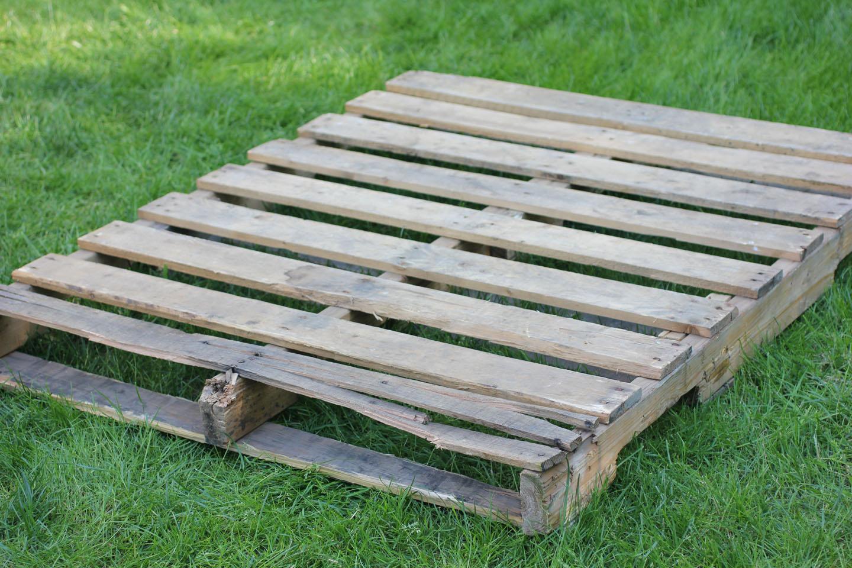 Wooden pallet herb garden repeat crafter me for Wood pallet herb garden