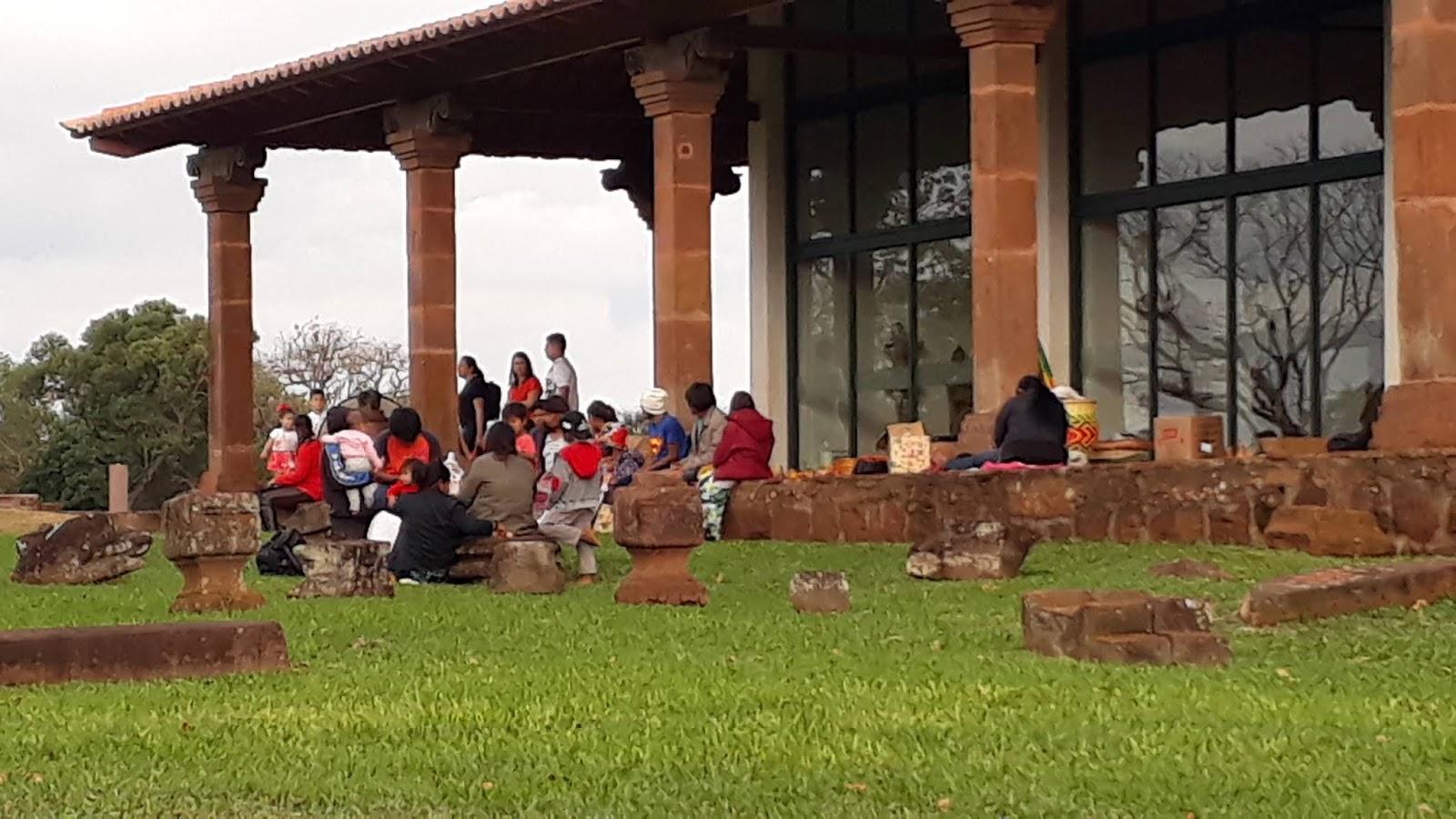 indígenas no Sítio Arqueológico vendendo o artesanato