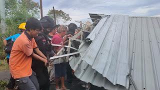Jalan Poros Selayar Macet, Personel Batalyon C Pelopor Bantu Evakuasi Atap Bangunan