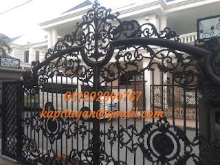 desain sebuah pagar klasik atau pagar besi tempa