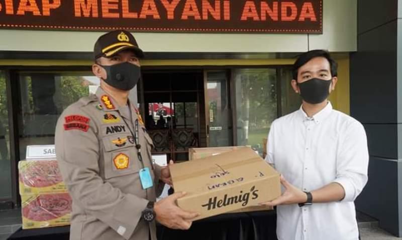 Gibran Salurkan Bantuan Masker Hingga APD ke TNI-Polri Untuk Tangani Pandemi