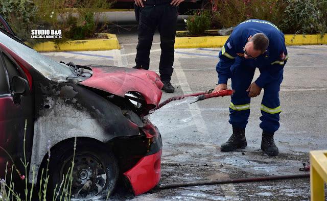 Αυτοκίνητο τυλίχθηκε στις φλόγες έξω από Super Market στο Ναύπλιο