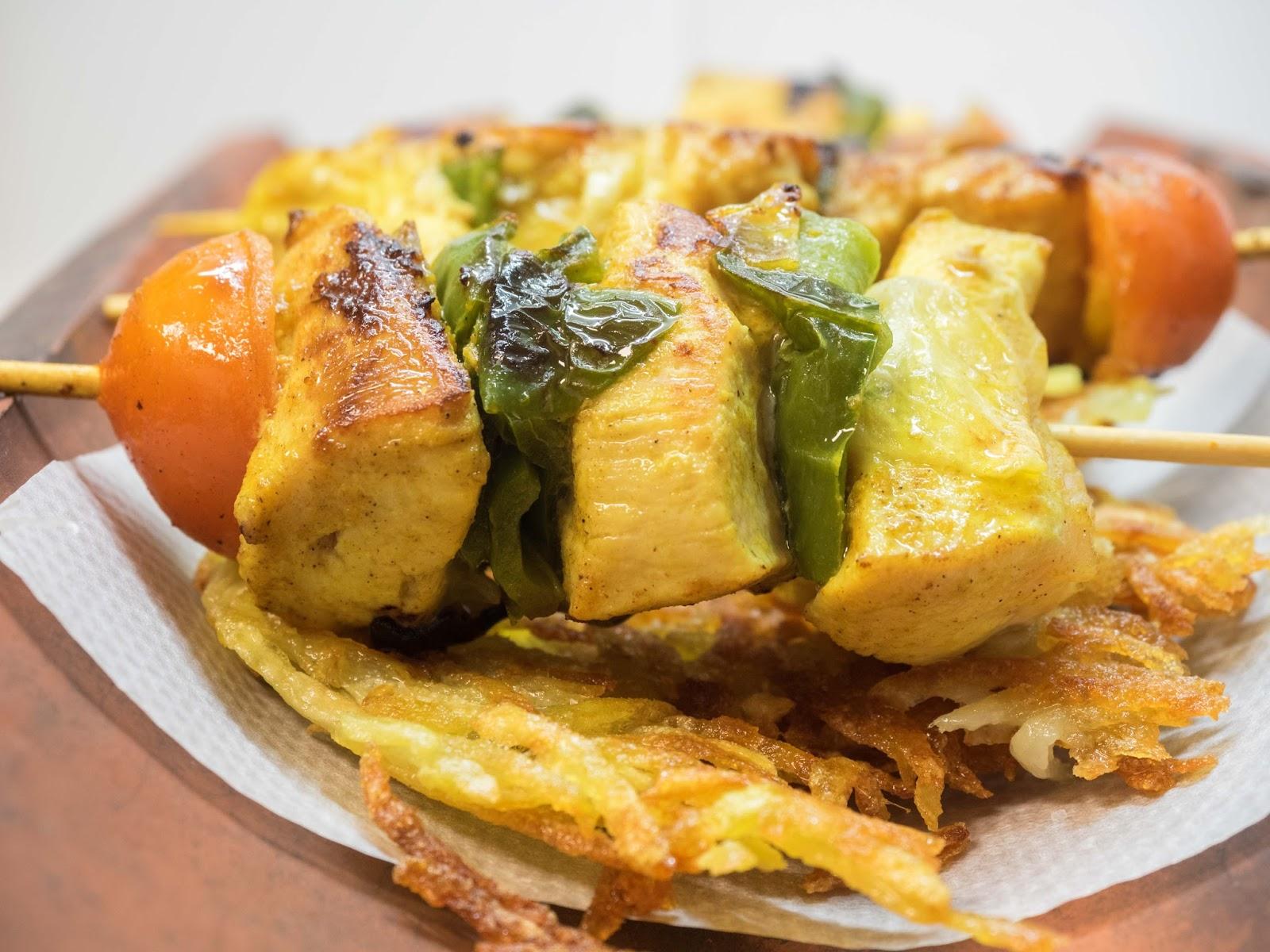Brochetas de pollo y manzana al curry