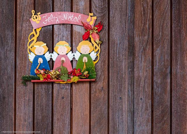 Enfeite de Natal da porta de uma casa