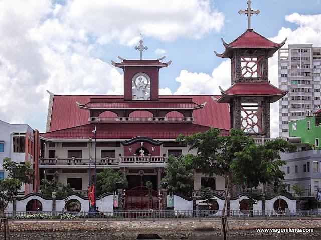 Igreja com elementos arquitetônicos asiáticos em Ho Chi Minh