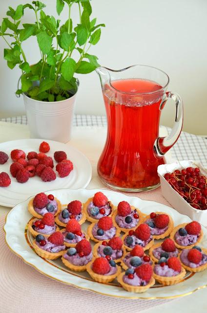Tartaletki z kremem borówkowym, malinami i czerwoną porzeczką