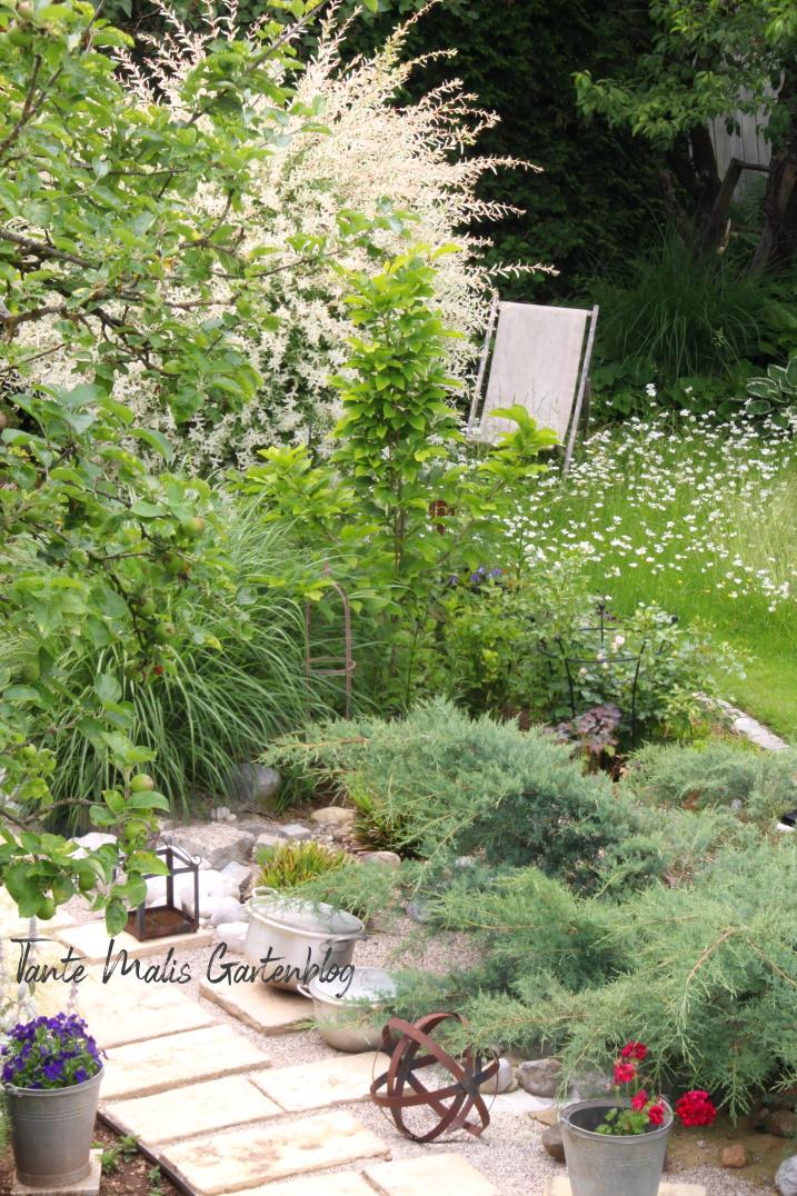 Gartenweg selbst verlegt mit Naturstein Beet von oben