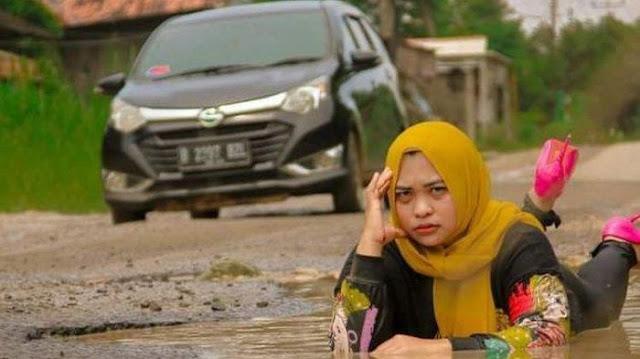 Sindir Pemerintah, Suami Istri Ini Lakukan Pemotretan di Jalanan Rusak dan Kubangan