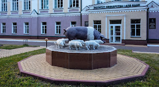Полтава. Памятник свинье и поросятам