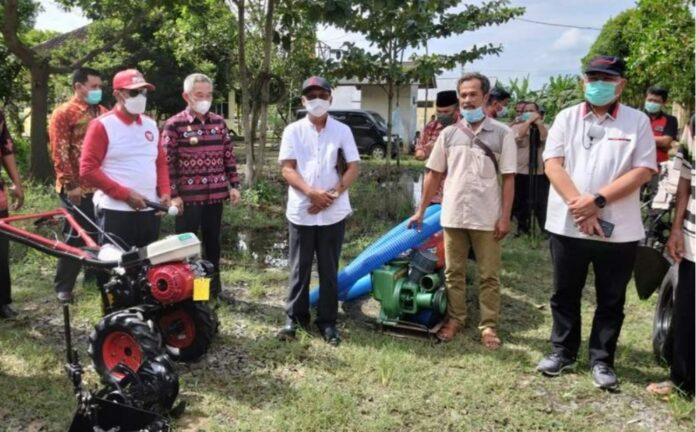 Ketua DPRD Lampung Didampingi Ketua Komisi IV DPR RI Salurkan Bantuan Alat Pertanian