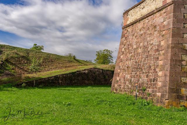 Neuf-Brisach — Rampe d'artillerie aménagée dans le talus intérieur du rempart menant au terre-plein (Demi-lune 17)
