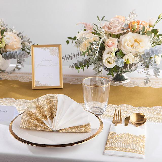 Przykład aranżacji na stół: dekoracje komunijne ze złotą koronką