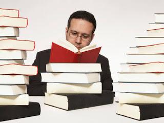 homem lendo livro3 - O que você precisa ler para se tornar um nerd? – 10 séries que todo nerd deve ler
