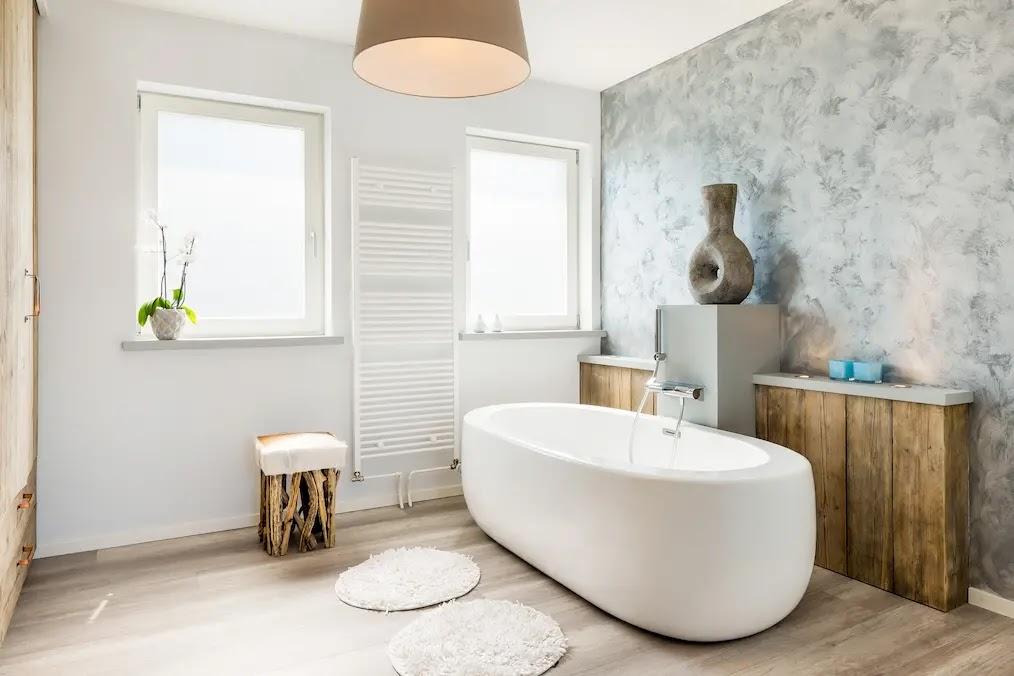 Baño con bañera exenta con paredes blancas forradas con madera