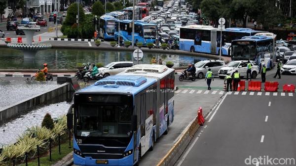 Viral Bus TransJakarta Terhenti di Rel, Sirene Kereta Lewat Berbunyi