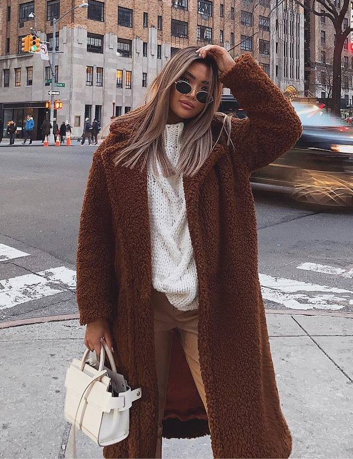 best warm outfit to copy this season / brown coat + white bag + sweater + pants